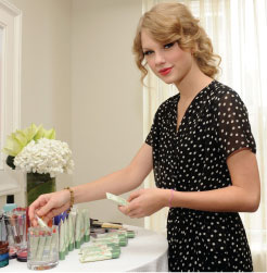 Taylor Swift is the Face of Covergirl Natureluxe