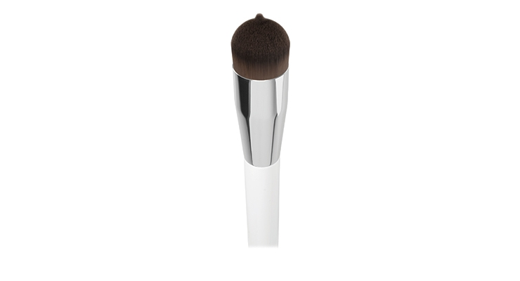 Pennelli Faro's Tip & Blend  foundation brush features a  rounded shape and a central tip  developed for optimum ease  during foundation application.