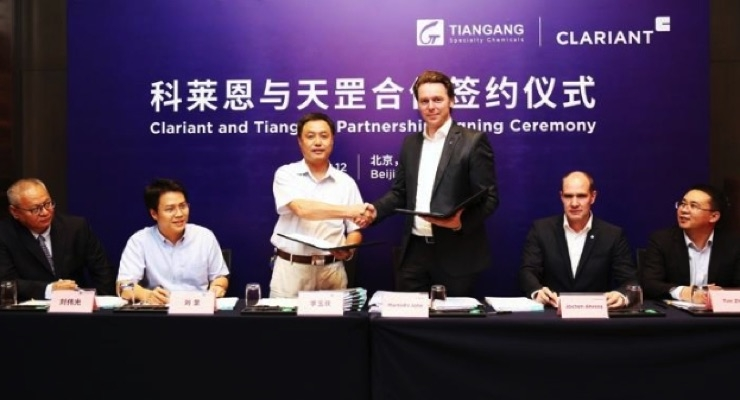 Martin John, VP BL Performance Additives, Clariant and Yuqing Li, GM, Tiangang shaking hands after signing joint venture contract for production of high-end polymer additives in China. From left: Victor Liu, director sales & marketing, Tiangang; Gang Liu, VP, Tiangang; Li; John; Jochen Ahrens, head of sales, BU Additives APAC, Clariant; and Tim Zhou, regional controller, BU Additives APAC, Clariant. Source: Clariant