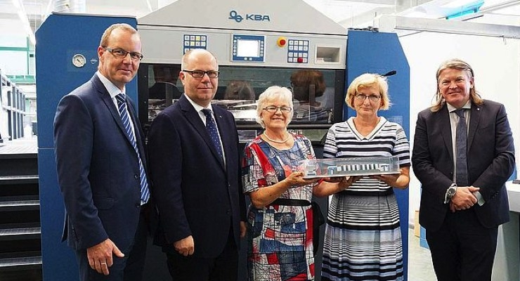 At the commissioning of the eight-color Rapida 106 (left to right): Grzegorz Szymczykowski, Jan Korenc (both KBA CEE), Antonina Kuchlewska, Halina Samotik (both BZGraf) and Jacek Nieszczerzewicz (KBA CEE). (Source: Koenig & Bauer)
