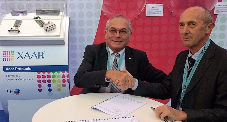Julian Joffe (left) and Edgardo Baggini (right) sign the distribution agreement at InPrint 2017