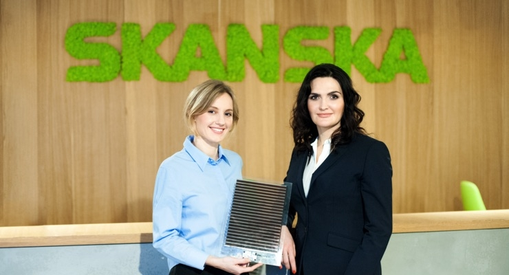 Olga Malinkiewicz, left, co-founder and CTO at Saule Technologies and Katarzyna Zawodna, CEO of Skanska's commercial development business in CEE, with a perovskite solar module. (Source: Saule Technologies)