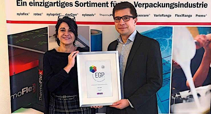 Kai Lankinen, chairman of Marvaco, congratulates Joelle Bédat (L), business development manager OEM, for receiving the EGP partnership certificate on behalf of Flint Group.