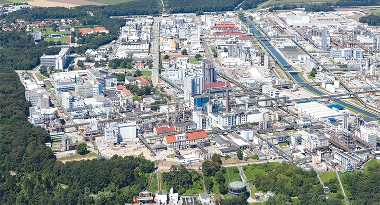 Wacker Chemie AG's production site in Burghausen. Here, the chemical company has some 8,000 employees, making the site one of the region's largest employers. (Photo: Wacker Chemie AG)