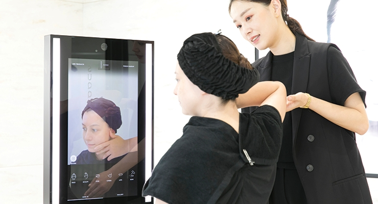 A digital image recorder built within the MemoMi mirror records a hands-on Gankin facial muscle massage session and forwards the video to the customer's smartphone.
