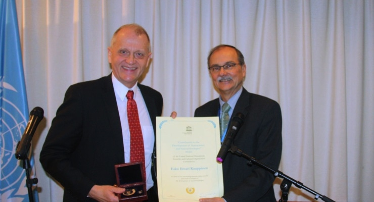 Prof. Esko Kauppinen receives the UNESCO medal. (Source: Canatu)