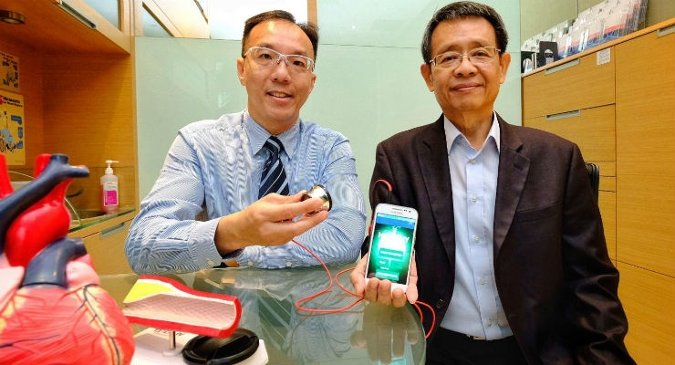 (L-R) Associate Professor David Foo, Head of Cardiology at TTSH, and Associate Professor Ser Wee from NTU School of Electrical and Electronic Engineering jointly developed a smart medical device that can enable early intervention of congestive heart failure. All images courtesy of NTU Singapore.