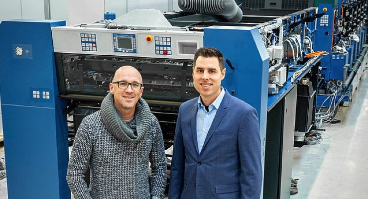 Jürgen Frischmann, managing director of Frischmann Druck und Medien, views his Rapida 106 in the assembly hall in Radebeul with Christofer Hugel, sales at Koenig & Bauer. It is scheduled for delivery in March. (Source: Koenig & Bauer)