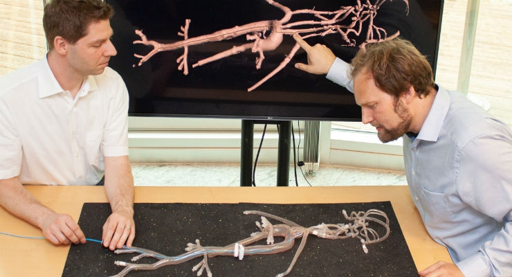 Inserting the intelligent catheter into the vascular system, the physician can observe the position in the virtual 3D model of the patient, now, as Torben Pätz and Jan Strehlow demonstrate here. Image courtesy of Fraunhofer MEVIS.